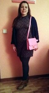 Reciclando con bolso rosa de Compañía Fantástica