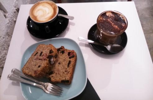 Toma café, un postre vegano y leche de soja en Malasaña